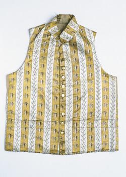 Gilet coupé droit en satin de soie brochée de ramages et motifs tombants.