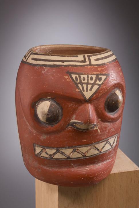 Vase représentant une tête trophée