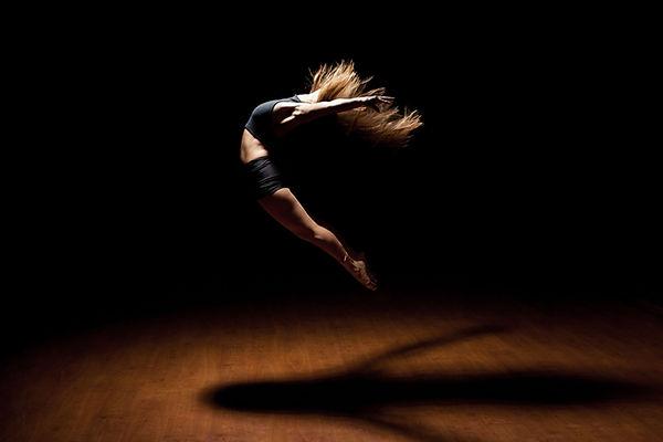Dancer in Lucht springt