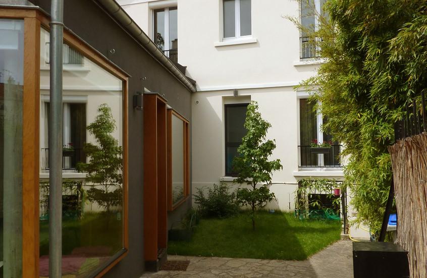 Nouvelle cour d'entrée, avec un noyau vert , impératif planter l'arbre qui fera de l'ombre sur la façade sud