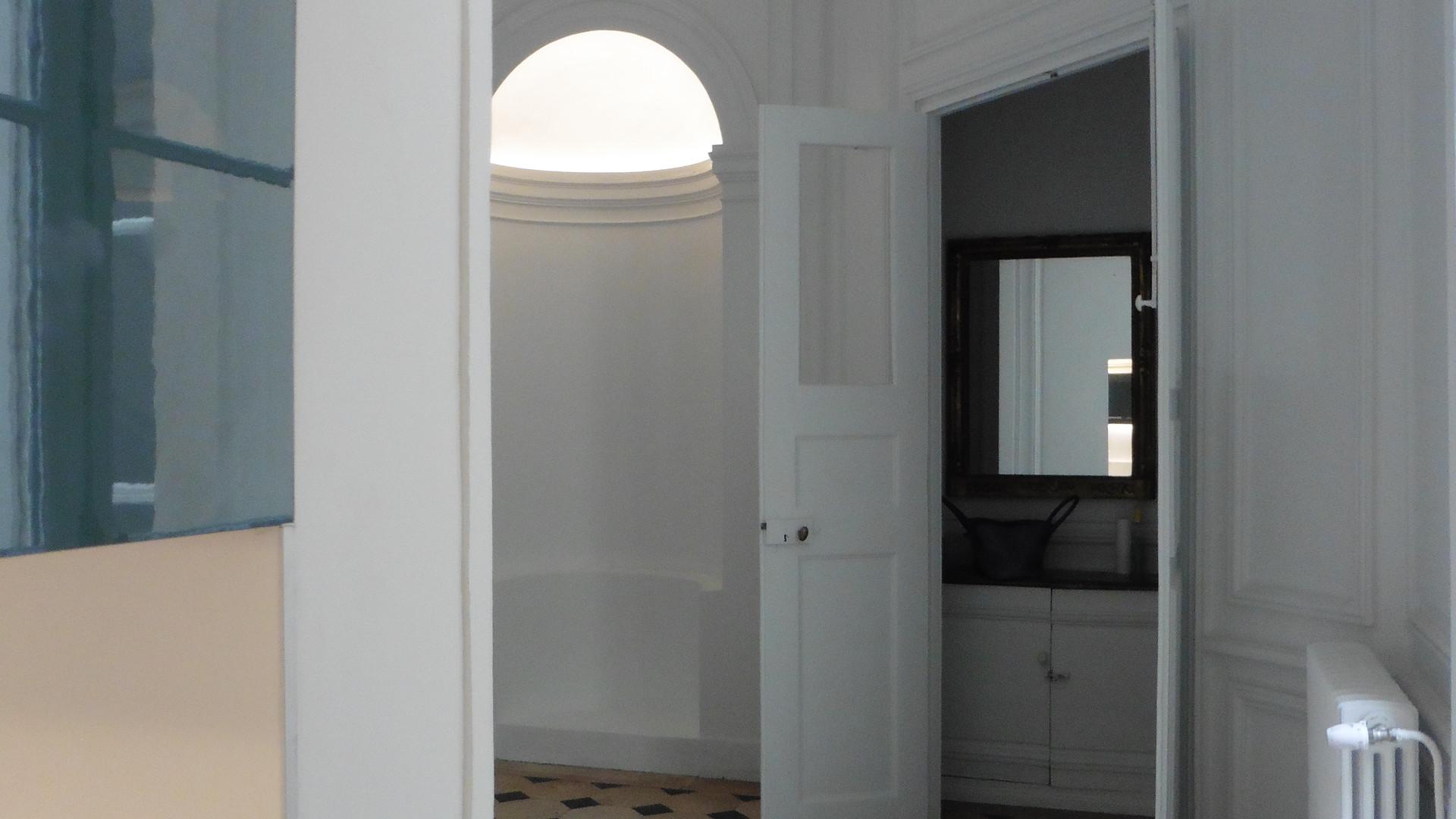 Depuis la porte réouverte , on voit l'entrée