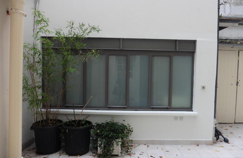 Nouvelle façade vitrée sur l'ancienne entrée sur cour