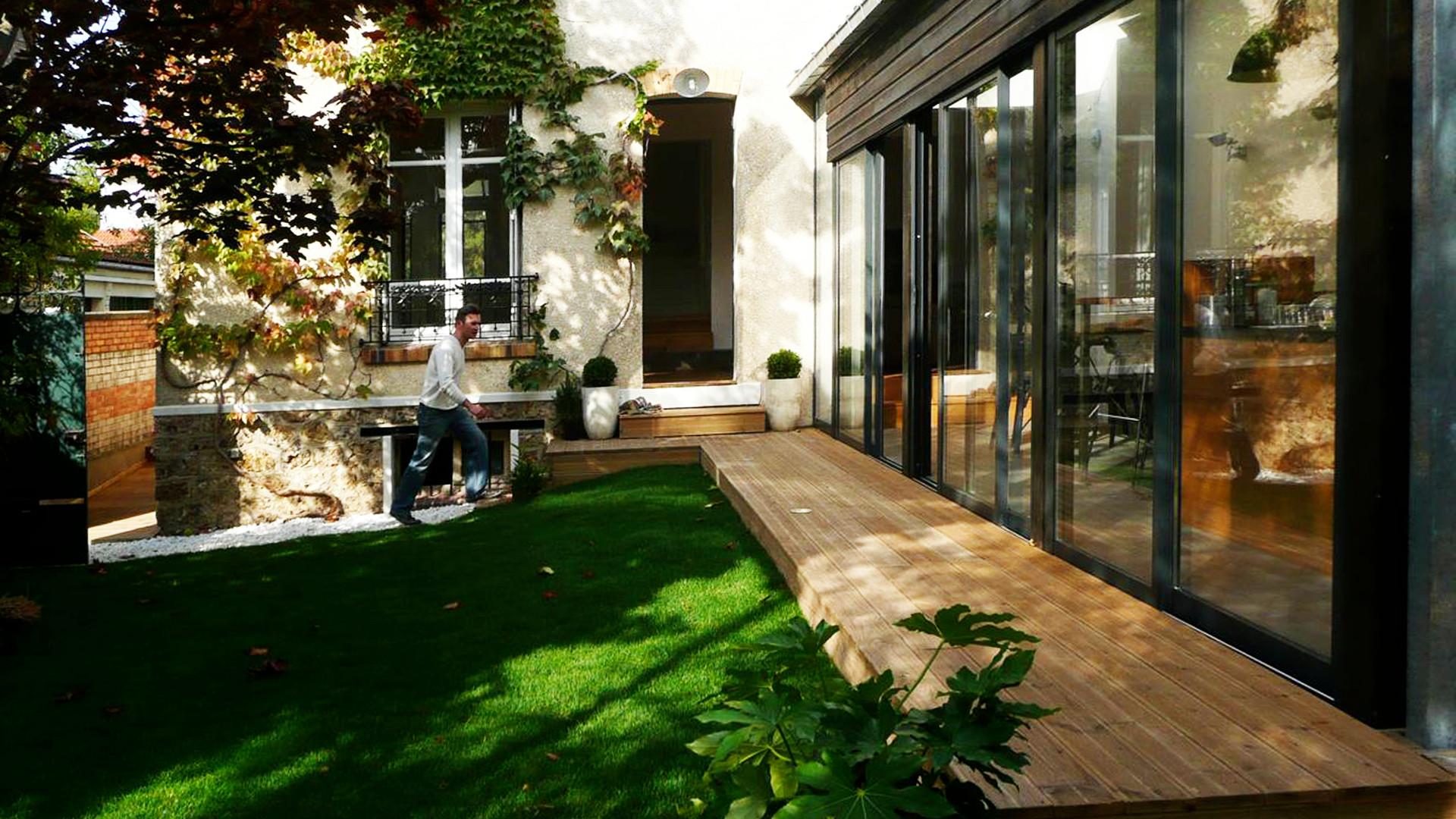 Terrasse en bois sur toute la longueur de l'extension.