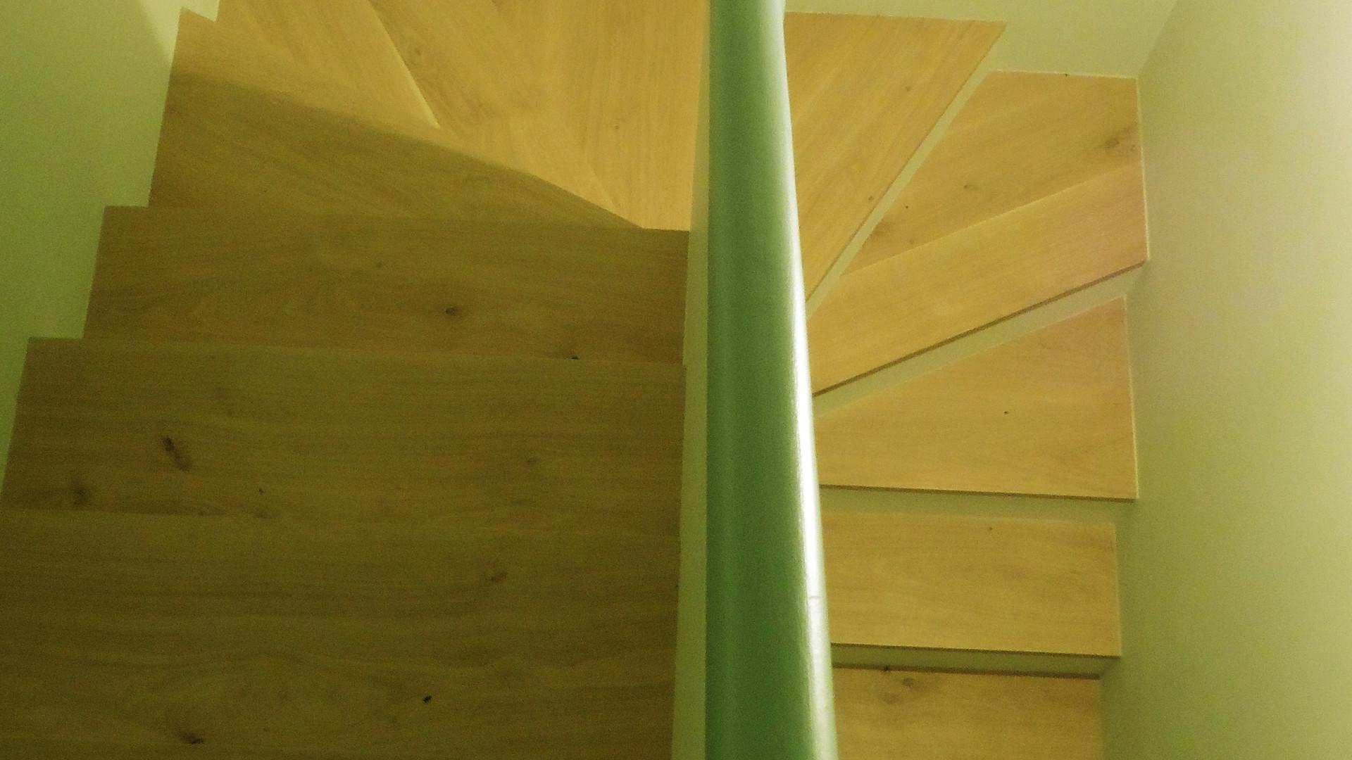 Nouvel escalier, au milieu des chambres