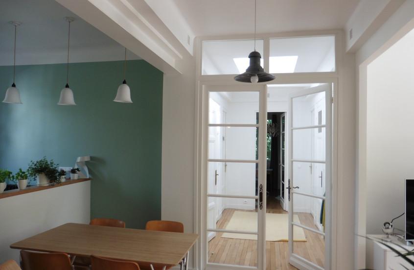 Grandes ouvertures des murs porteurs pour ouvrir les espaces.