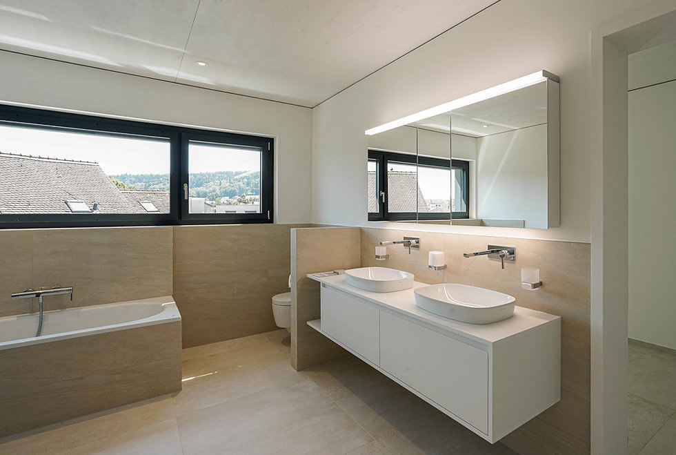 Modernes Badezimmer in hellen Farben mit Doppellavabo
