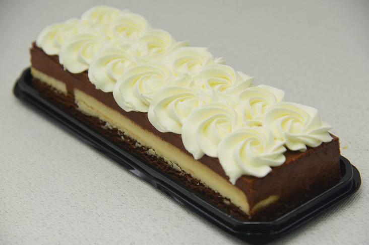 עוגת מוס שוקולד עם קרם ברולה וקצפת