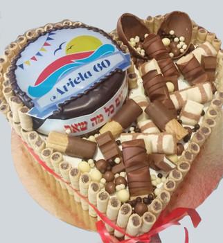עוגת שוקולד מצופה גליליות בצורת לב
