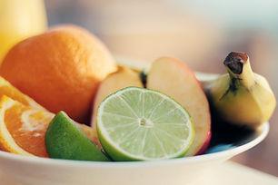 Skål med färsk frukt