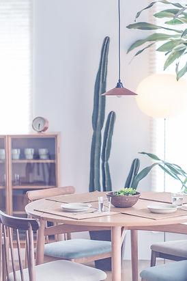 木製のテーブルラウンド