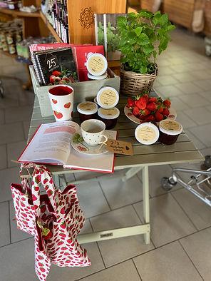 Angebotstisch Erdbeeren.jpg