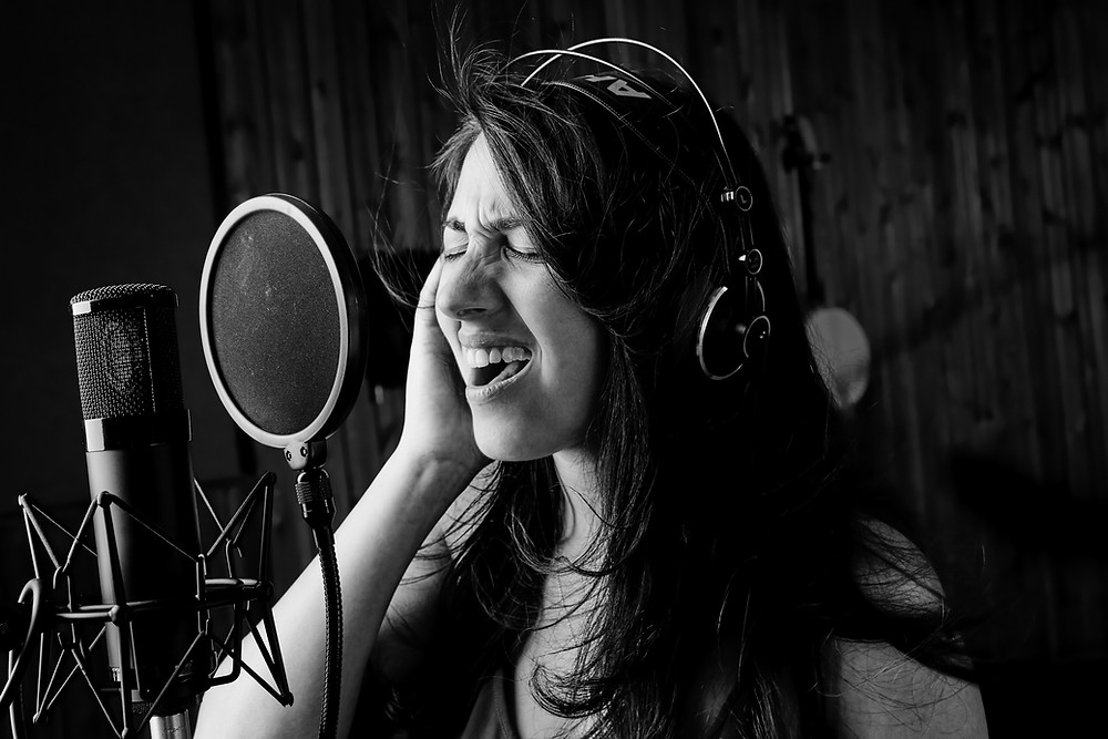 הקלטת שירה באולפני טריו - הילה עגנון