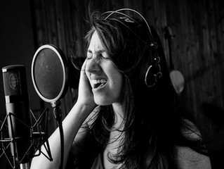 מקליטים שירה? אין צורך להילחץ! 7 טיפים לזמרים וזמרות על הקלטת שירה באולפן
