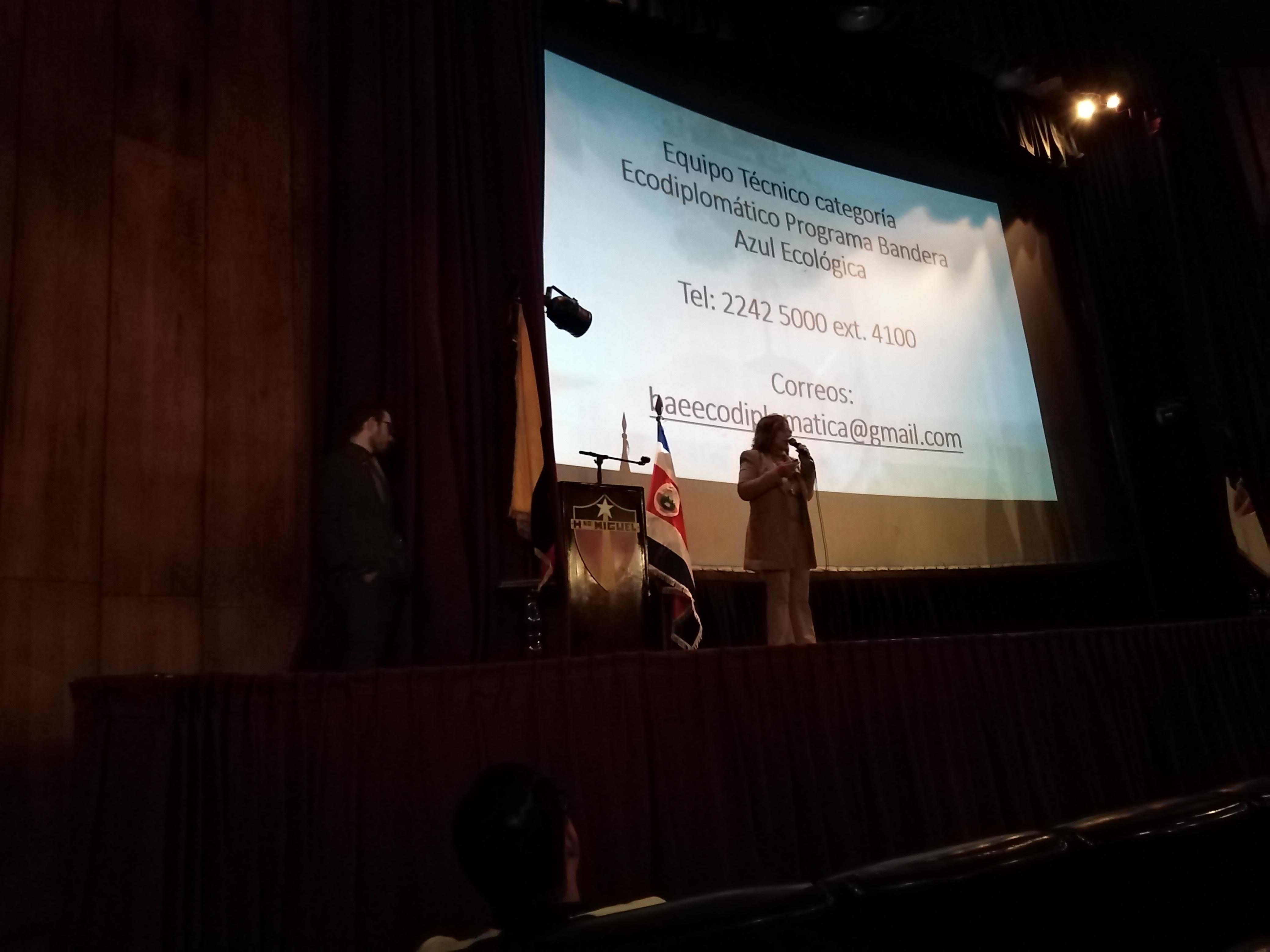 Embajadora de Costa Rica socializando Bandera Azul
