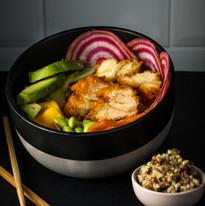 Pokasha poulet pané aux corn flakes, avocat, carottes rapées, edamame, radis, mangue, kasha (graines de sarrasin, millet et orge)