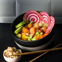 Pokasha saumon, avocat, carottes rapées, edamame, radis, mangue, kasha (graines de sarrasin, millet et orge)