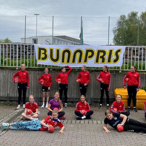 Bunnpris Bragetunet har sponset J2007 med beach håndballer