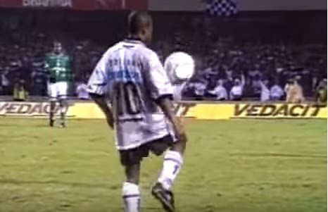 Na imagem a famosa embaixadinha de Edílson no Paulista de 1999 Foto:Reprodução YouTube