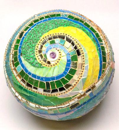 """Mosaik-Kugel  """"Schwung des Geistes"""", wird verkauft."""