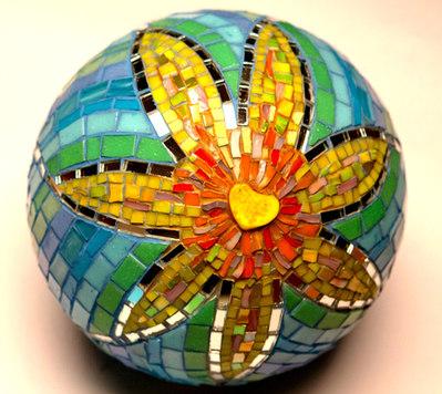 """Mosaik-Kugel """"Freudensblüme"""", wird verkauft."""
