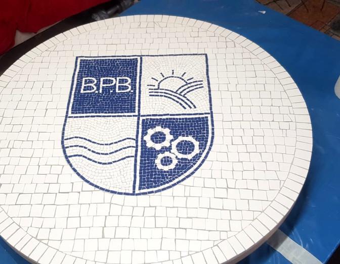 Mosaik Tisch mit Logo  für Office von Badische Personalberatung.
