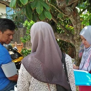 Quantitative team interviewing another participant