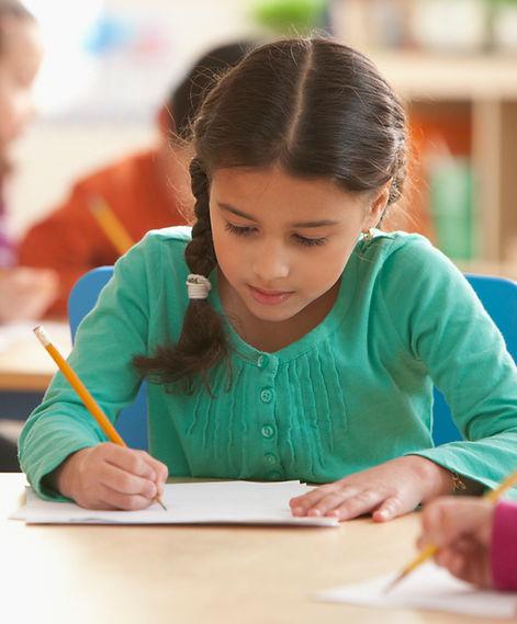 Ein Mädchen in einem Klassenzimmer
