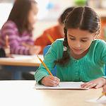 Uma menina em uma sala de aula