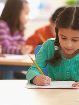 Een meisje in een klaslokaal
