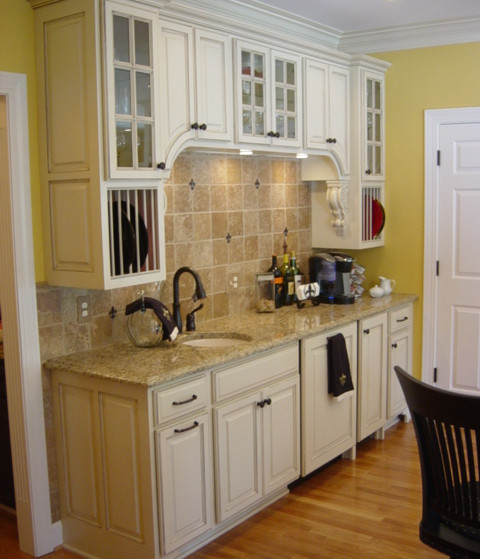 A wet bar off to the side in this Kitchen that is welcoming to anyone who needs a thirst quenched.