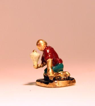 """Mini Escultura """"Aparando Pião"""" do artista Ivan Cruz - Brincadeiras de Criança"""