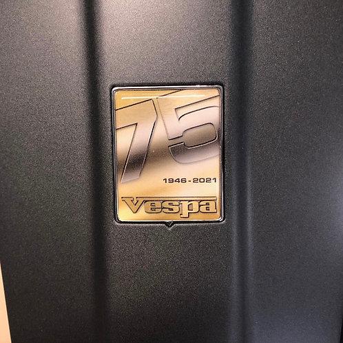 """Plakette für die Kaskade """"75 Jahre Vespa gold"""""""