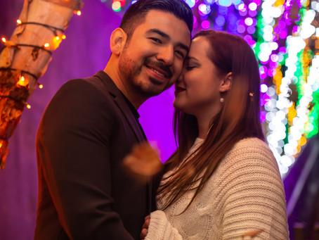 Engaged Under the Christmas Lights - Comprometidos Bajo las Luces de Navidad