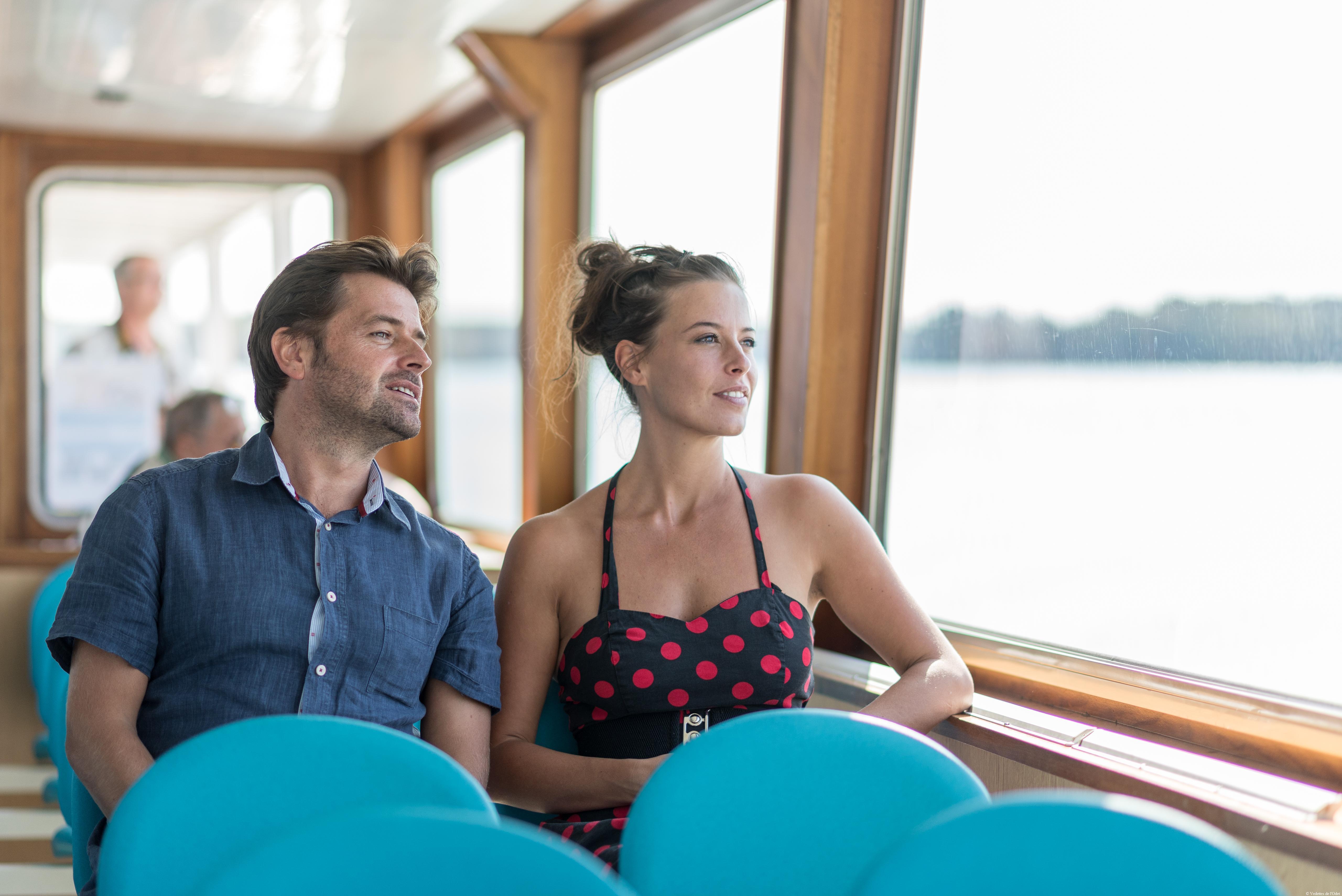 passager-couple-salon-interieur-bateau-riviere
