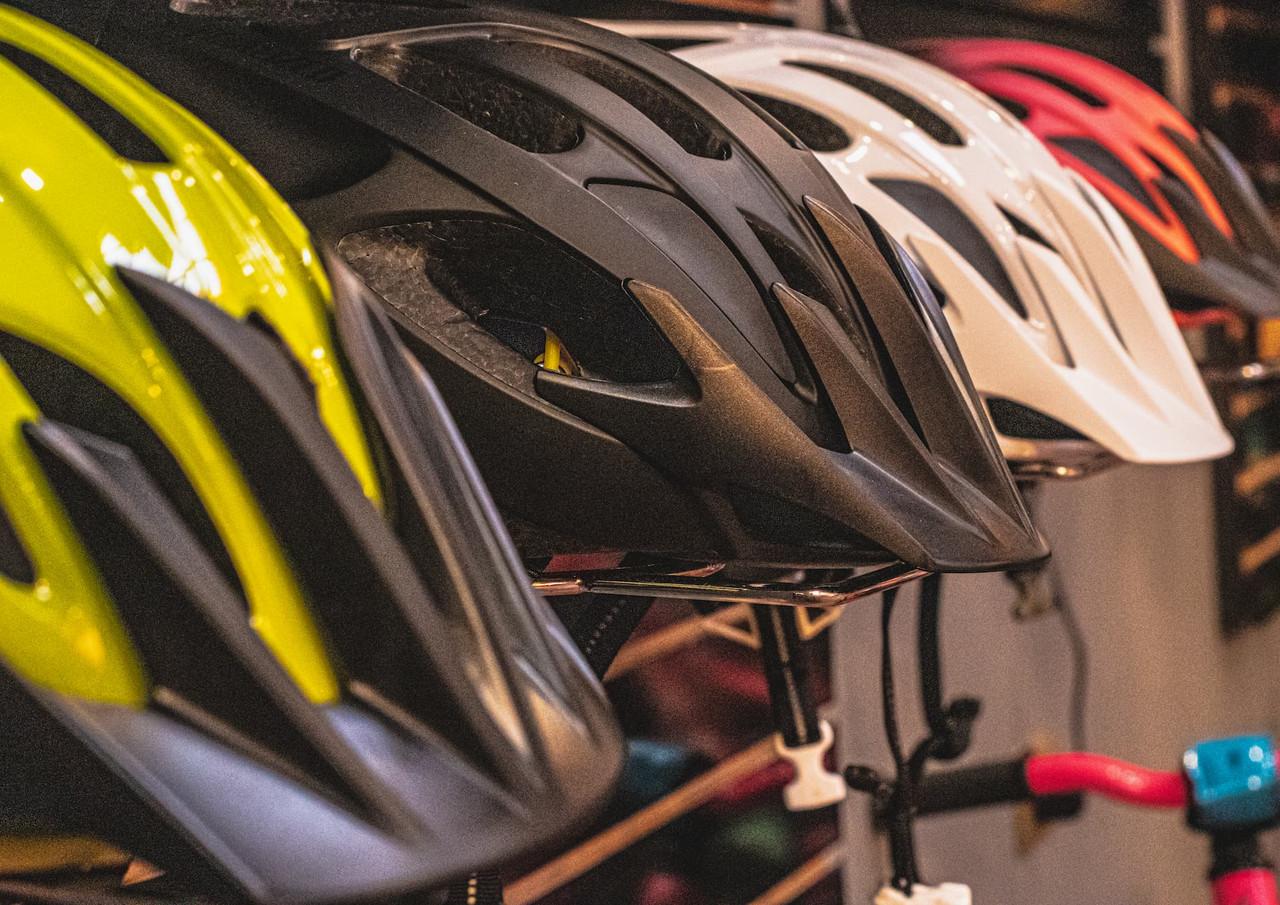 cascos-en-exhibicion-bikecenter.jpg