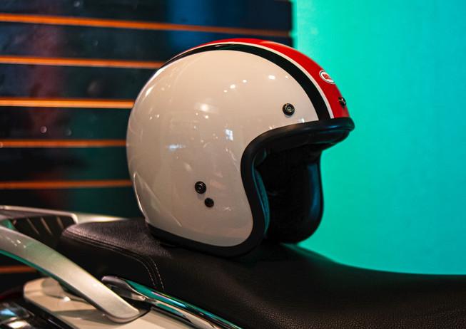 casco-en-motoneta-vespa.jpg