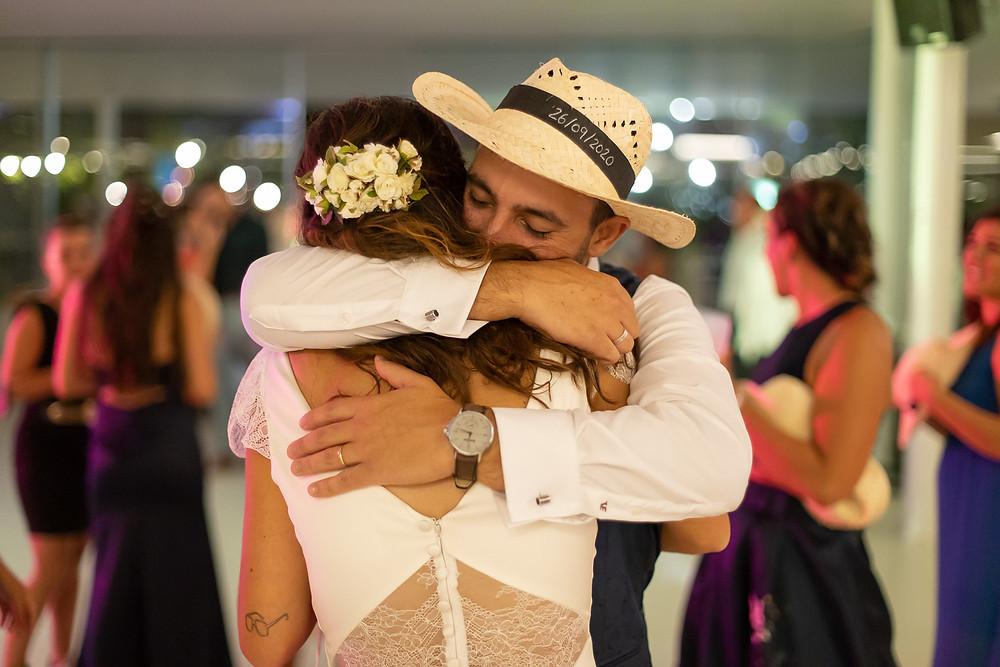 noivos abraçam-se na pista de dança