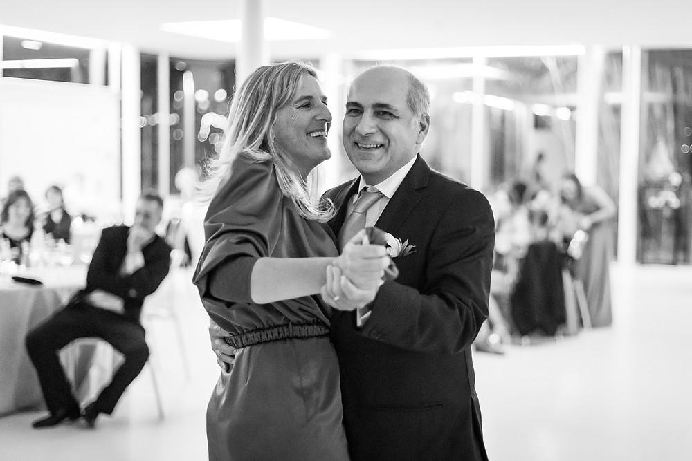 pais da noiva dançam felizes