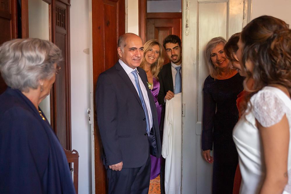 Família vê a noiva pronta