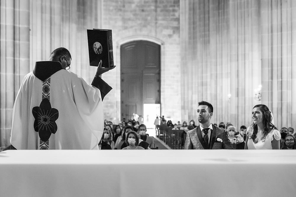padre oferece uma bíblia priest offers a bible