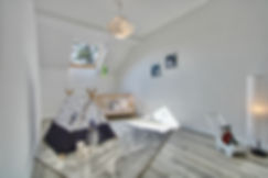 Gemütliches Kinderzimmer mit Tipi, Dachfenster und Laminat in Wuppertal