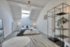 Modernes Dachgeschoss Schlafzimmer mit Laminat und Dachfenster in Wuppertal