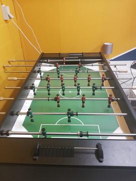 Le baby-foot dans la pièce détente