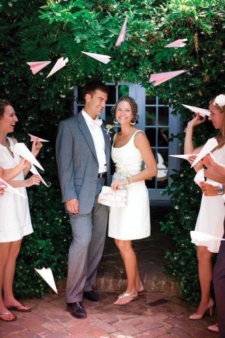 sortie de cérémonie avec des avions en papier