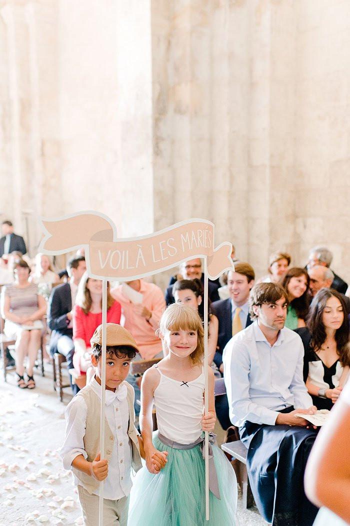 15 idées pour occuper les enfants le jour de votre mariage. Faites-leur annoncer l'entrée des mariés