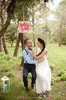 les mariés sur une balançoire en bois