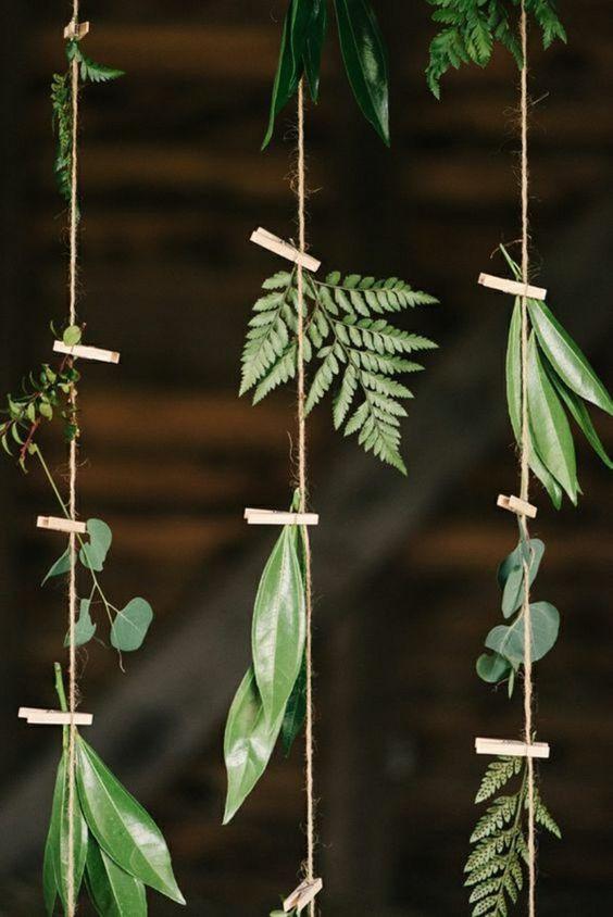 10 façons d'utiliser la pince à linge en bois dans votre décoration de mariage. Rideau végétal, pince à linge en bois et feuillage #greenwedding #mariage #zérodéchet