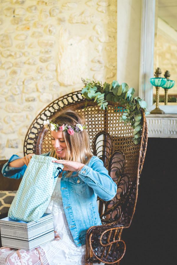 La baby shower douce & végétale de Jessica. Ouverture des cadeaux. Crédit photo : Magali Boyer. #babyshower #écoresponsable #végétale #futuremaman