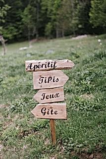 """Panneaux directionnels La Grange aux fées """"apéritif"""", """"tipis"""", """"jeux"""", """"gîte"""""""