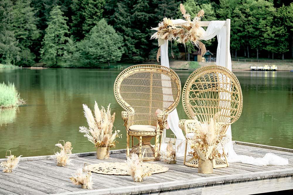 Cérémonie laïque d'un mariage bohème chic près d'un lac